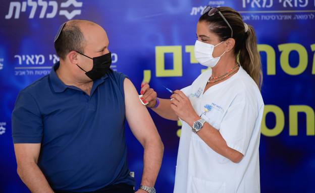 ראש הממשלה נפתלי בנט מקבל את זריקת החיסון השלישי (צילום: פלאש 90)