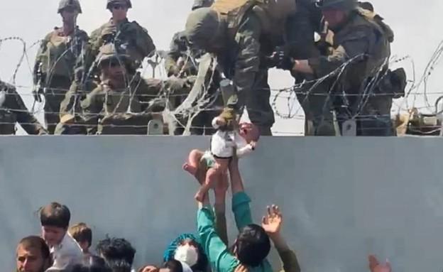 תושבי אפגניסטן מוסרים תינוקות לחיילים אמריקנים