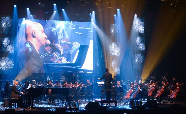 """עידן רייכל והתזמורת הסימפונית בארגנטינה (צילום: Nicolas Kremenchuzky, יח""""צ)"""