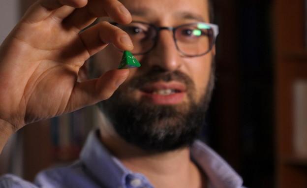 ניצן פרידמן והקוביה שמשמשת אותו לבחירת סדר התשובות (צילום: N12)