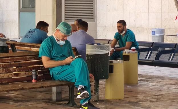 """שביתת בתי החולים הציבוריים :רופאים יושבים בחוץ בבי""""ח הדסה ריק"""