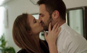 """קארין ואיתמר מתנשקים (צילום: מתוך """"חתונה ממבט ראשון"""", קשת 12)"""
