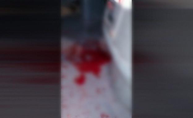 שלולית הדם מהתקיפה של נהג האוטובוס