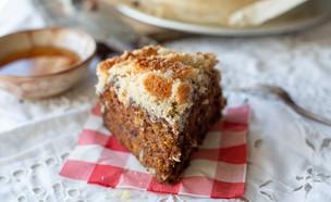 פרוסת עוגת תמרים בציפוי קוקוס (צילום: נופר צור, אוכל טוב)