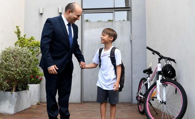 """ראש הממשלה, נפתלי בנט, עם בנו דוד בפתיחת שנת הלימו (צילום: חיים צח, לע""""מ)"""