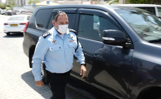 """מפכ""""ל המשטרה קובי שבתאי הגיע לנחם את משפחתו של ברא (צילום: N12)"""