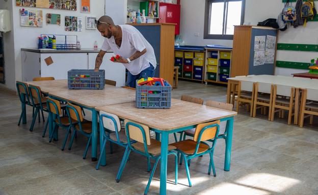 גנן בגן ילדים מכין את השולחנות (צילום: יוסי אלוני, פלאש 90)