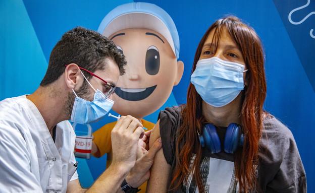 קורונה בישראל - החיסון השלישי (צילום: אוליבייה פיטוסי, פלאש 90)