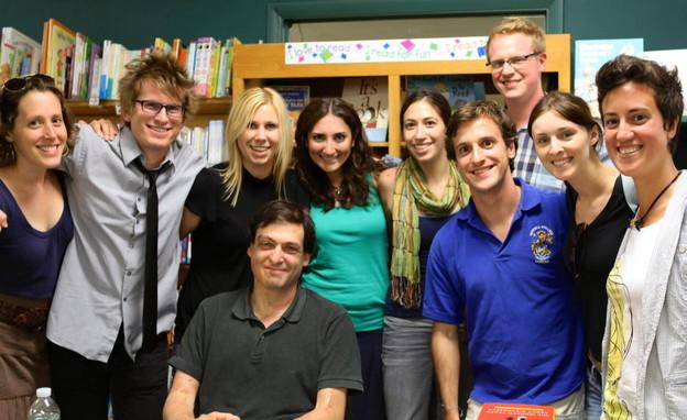 "דן אריאלי עם תלמידים בארה""ב (צילום: N12)"