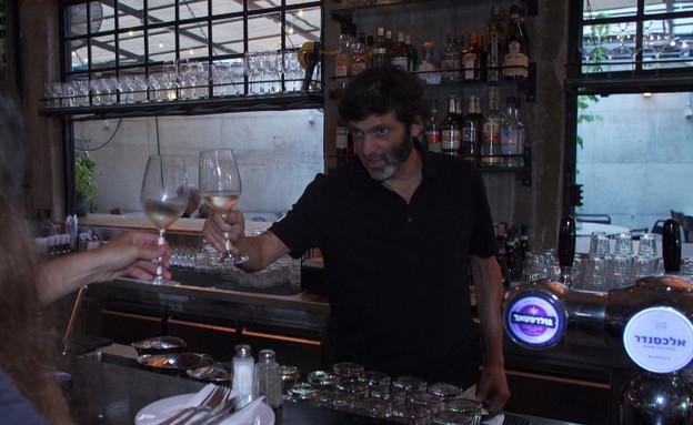דן אריאלי ממלצר במסעדת מגזינו התל אביבית (צילום: N12)