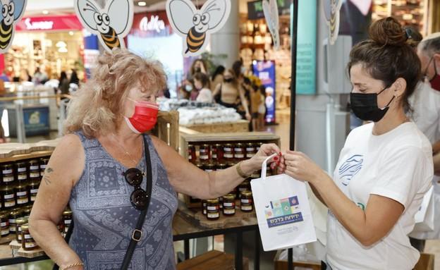 הקרן לידידות בחלוקת צנצנות דבש לשורדי שואה (צילום: גיא יחיאלי, הקרן לידידות)