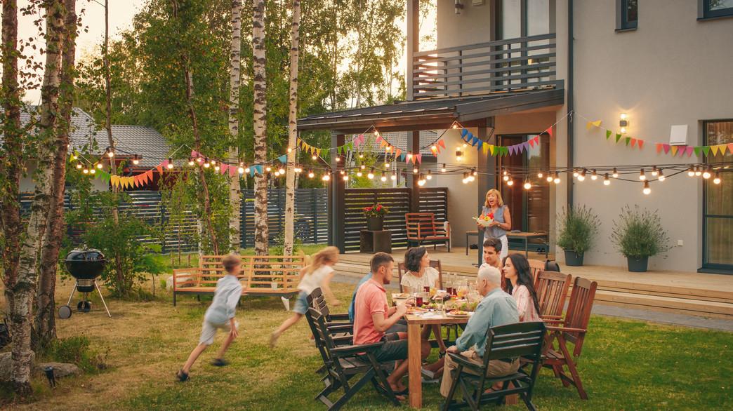 ארוחת חג בחוץ (צילום:  Gorodenkoff, Shutterstock)