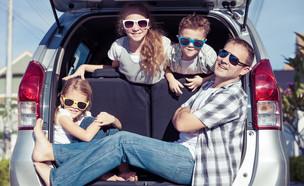 משפחה באוטו (צילום:  shutterstock By altanaka)