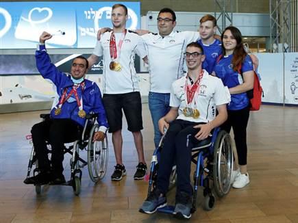 מציגים לראווה את המדליות (אלן שיבר) (צילום: ספורט 5)