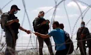 בודקים את התעודות של פלסטינים שחוצים בחזרה לג׳נין (צילום: Shehab News Agency)