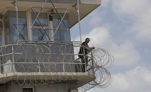 שומר בכלא גלבוע לאחר בריחת האסירים הביטחוניים (צילום: amir levy, Getty Images)