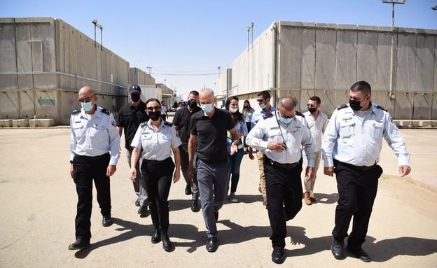 """השר לביטחון הפנים, עמר בר-לב, הבוקר בבית הסוהר ״קציעות״ (צילום: דוברות שב""""ס )"""