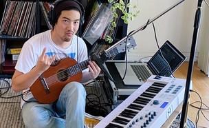 מנגן עם פלפלים (צילום: מתוך האינסטגרם של טייזו בלום)