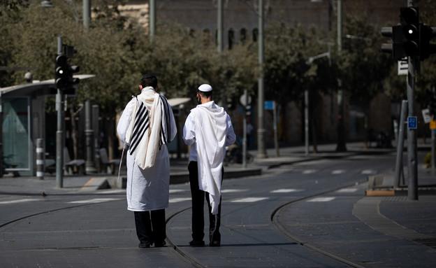 מתפללים בדרך לבית הכנסת ביום כיפור (צילום: יונתן זינדל, פלאש 90)
