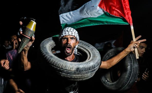 מפגין פלסטיני על גבול עזה (צילום: עבד רחים חטיב / פלאש 90)