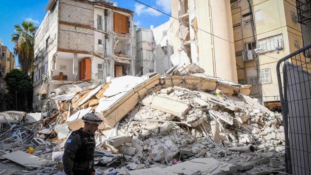 הבניין שקרס, חולון (צילום: פלאש 90)