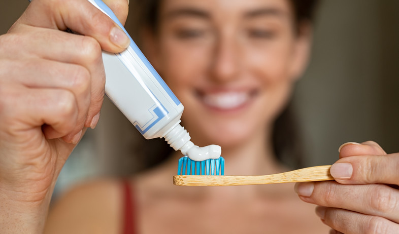 אישה מצחצחת שיניים (צילום: Rido, shutterstock)