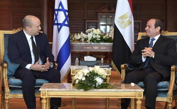 """נפתלי בנט, עם נשיא מצרים, עבד אל-פתאח א-סיסי, בשאר (צילום: לע""""מ)"""