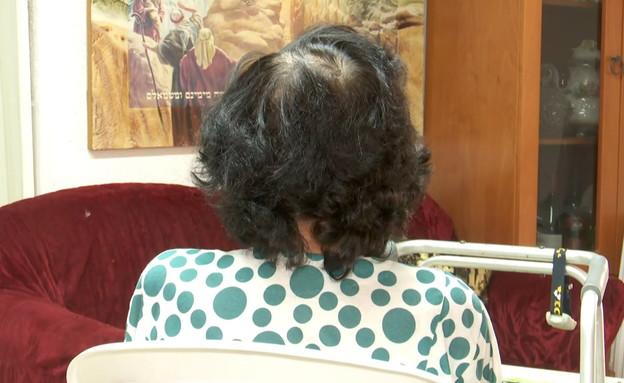 צעיר ביקש אוכל ושתייה מקשישה ותקף אותה (צילום: החדשות 12)