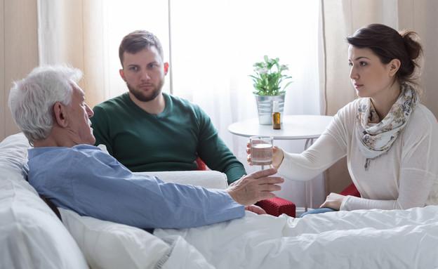 אב חולה עם ילדיו, אב עם בניו (צילום: Photographee.eu, shutterstock)