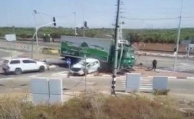 משאית דוהרת לתוך צומת (צילום: נתיבי ישראל)