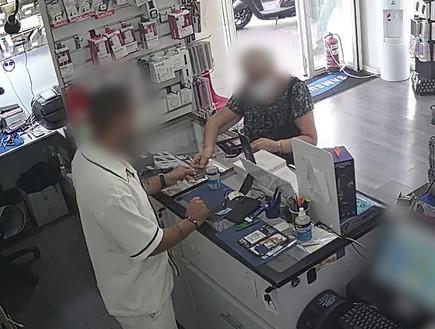 הונאה בחנות סלולר (צילום: משטרת ישראל)