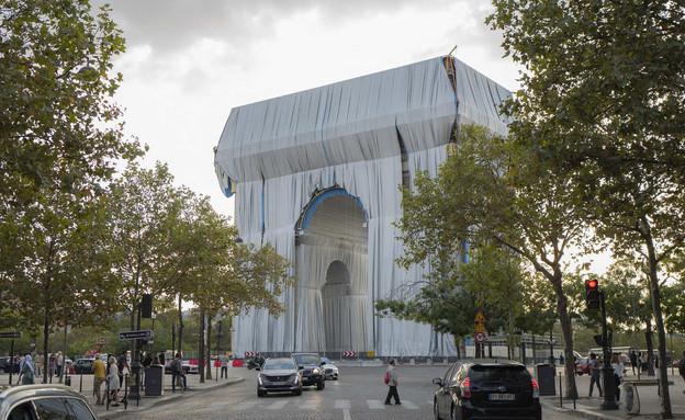 שער הניצחון עם יצירת האומנות של כריסטו (צילום: Rafael Yaghobzadeh, AP)