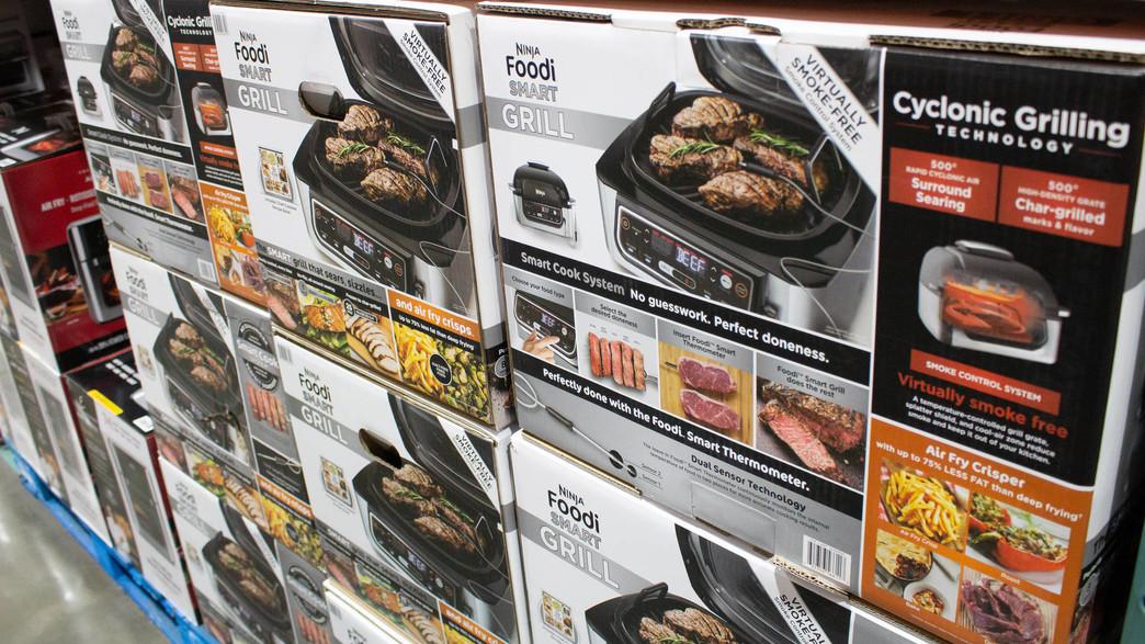 קופסאות של נינג'ה גריל בחנות חשמל בלוס אנג'לס (צילום: TonelsonProductions, shutterstock)