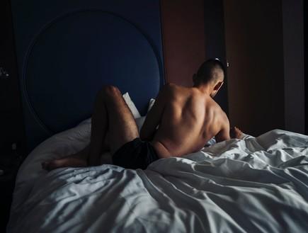 גבר מיטה  (צילום: Diego Lozano, UNSPLASH)
