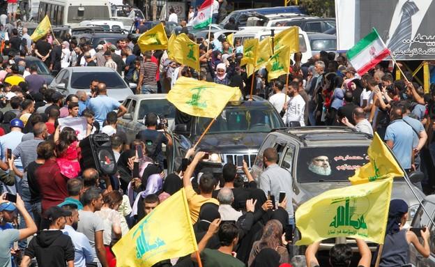 תומכי חיזבאללה מקבלים את משלוחי הדלק בלבנון (צילום: reuters)