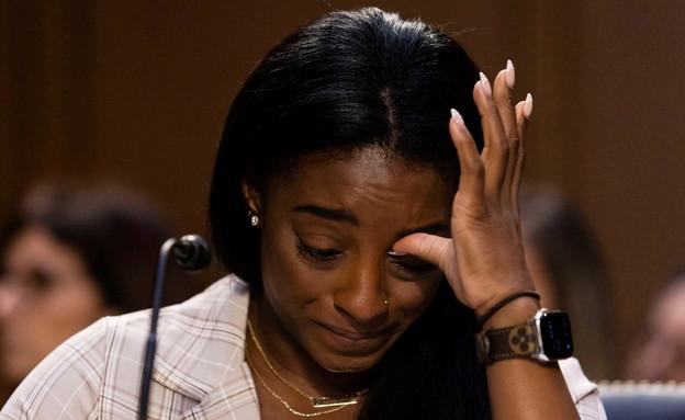 סימון ביילס מעידה בדמעות בוועדה בסנאט (צילום: reuters)