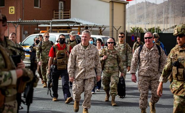 """מפקד פיקוד מרכז בצבא ארה""""ב, קנת' מקנזי, בנמל התעופה באפגניסטן (צילום: רויטרס)"""