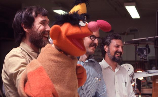 ג'ים הנסון ופרנק אוז על הסט של רחוב סומסום, 1969 (צילום: Robert Fuhring, Courtesy Sesame Workshop)