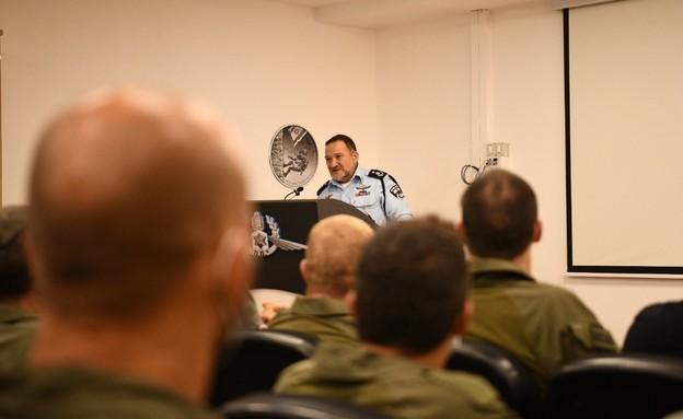 המפכ״ל קובי שבתאי נפגש הלילה עם לוחמי הימ״מ (צילום: דוברות המשטרה)
