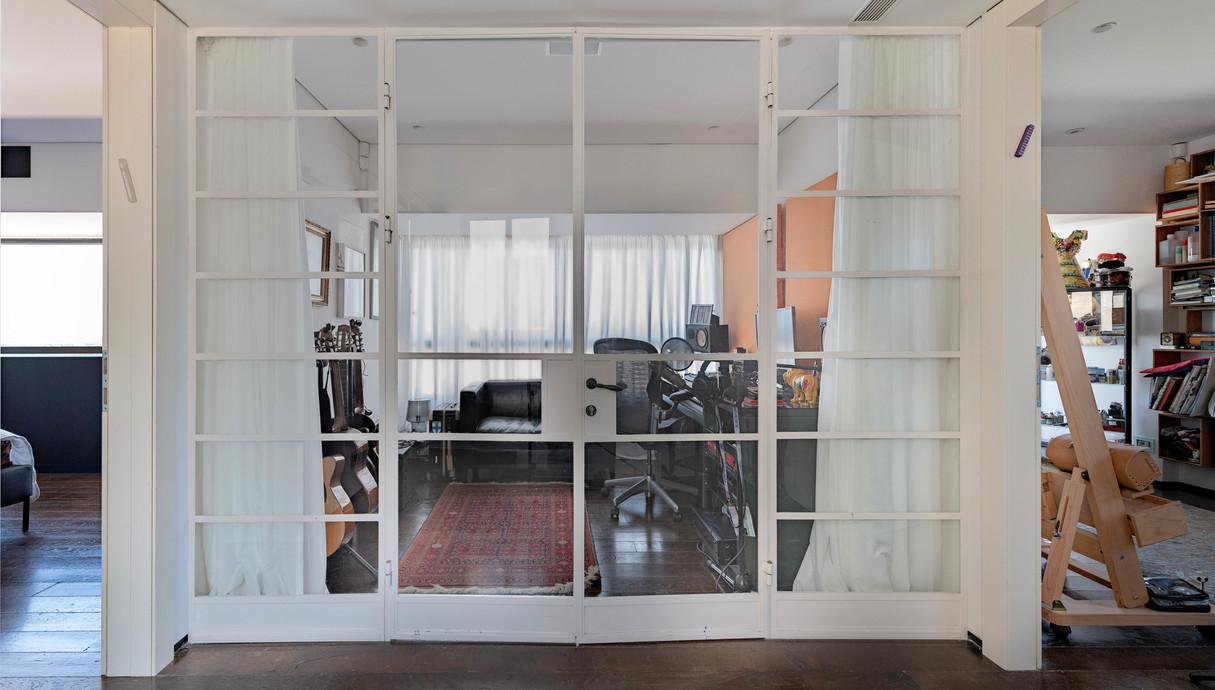 הבית של עינת שרוף, מבואה חדר של תמיר הרפז עם וילון בעיצוב אורנה בר