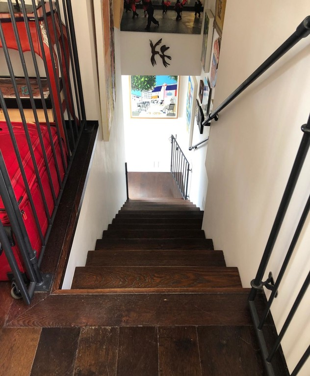 הבית של עינת שרוף, ג, מדרגות לפני