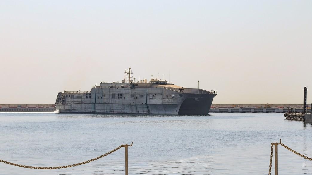 הספינה שעגנה בנמל ביירות, לבנון (צילום: navy.mil)