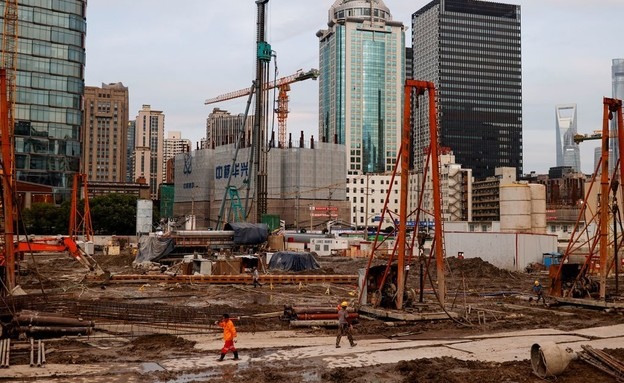 פועלים באתר בנייה בסין (צילום: רויטרס)