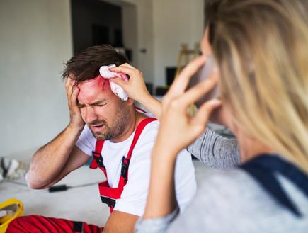איש פצוע בראש, פציעה (צילום: Halfpoint, shutterstock)