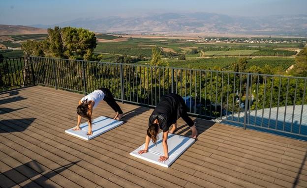 יוגה במרפסת המלון (צילום: סטודיו גולן)