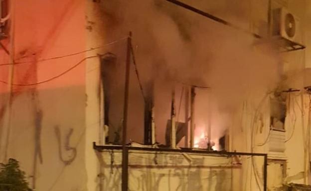 שרפה בבניין בפתח תקווה (צילום: דוברות והסברה כבאות פתח תקווה)