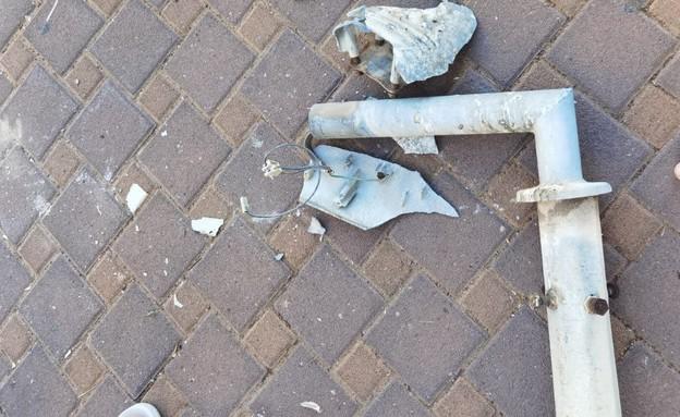 אירוע נפילת עמוד החשמל' ברחוב יגאל ידין בחולון (צילום: מיקאל בוגלו חולון אונליין, noon)