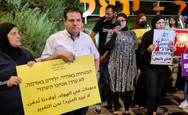 עשרות מפגינים מול ביתו של עומר בר לב