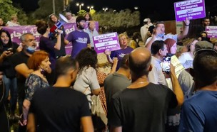 עשרות מפגינים מול ביתו של עומר בר לב (צילום: החדשות 12)