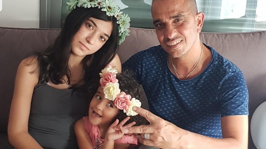 אבי אדרי ובנותיו (צילום: אלבום משפחתי)